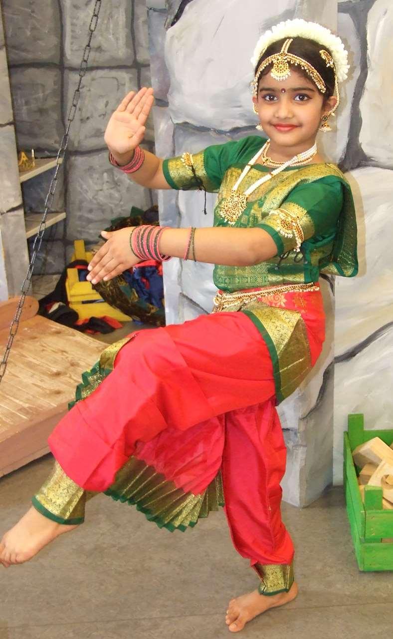 bild på en dansande elev till Usha