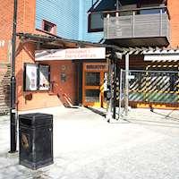 Bild på entrén till Ekerö bibliotek