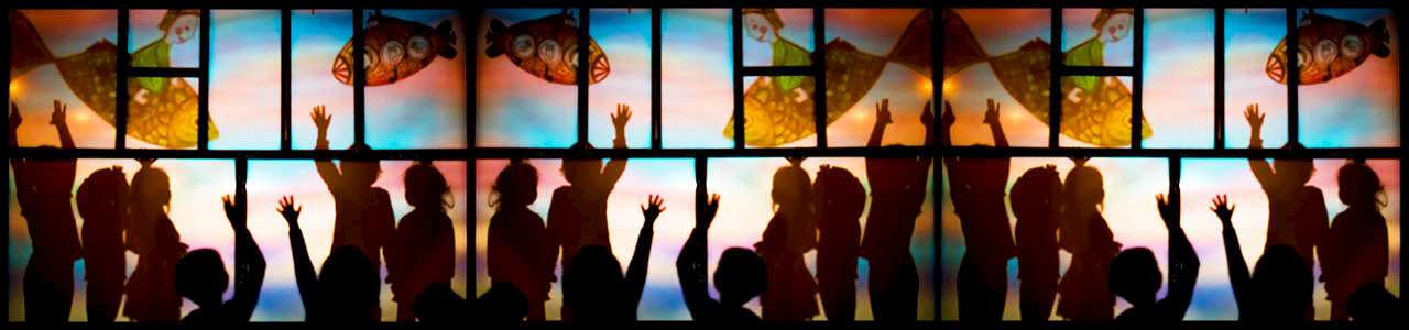 Bild på människor som sträcker upp händerna
