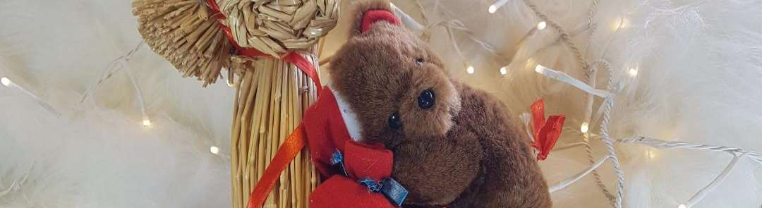 Bild på en nalle som sitter på en julbock