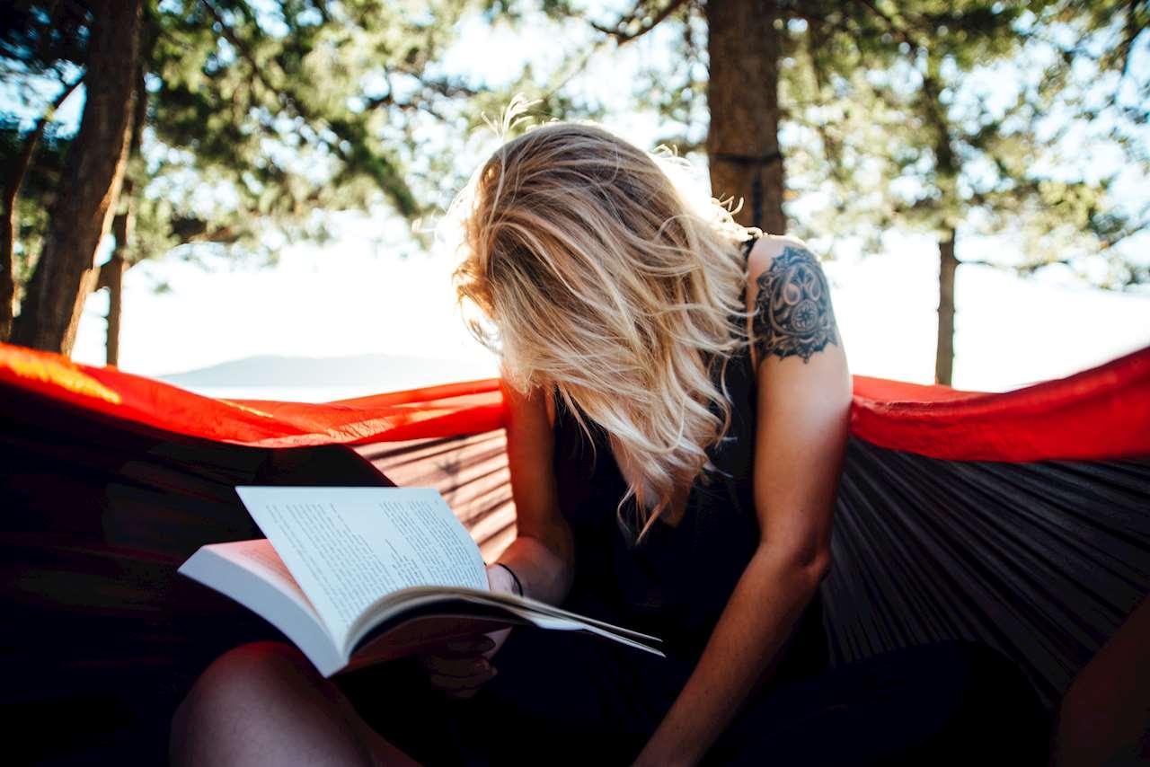 Bild på en tjej som läser